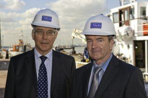 PLA Chief Executive Richard Everitt (left) with Manor Marine MD John Tye ( click on image to enlarge)